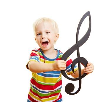 Kind singt Musik in Musikschule mit Notenschlüssel